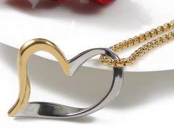 Elegantný prívesok v tvare srdca v strieborno-zlatom prevedení.