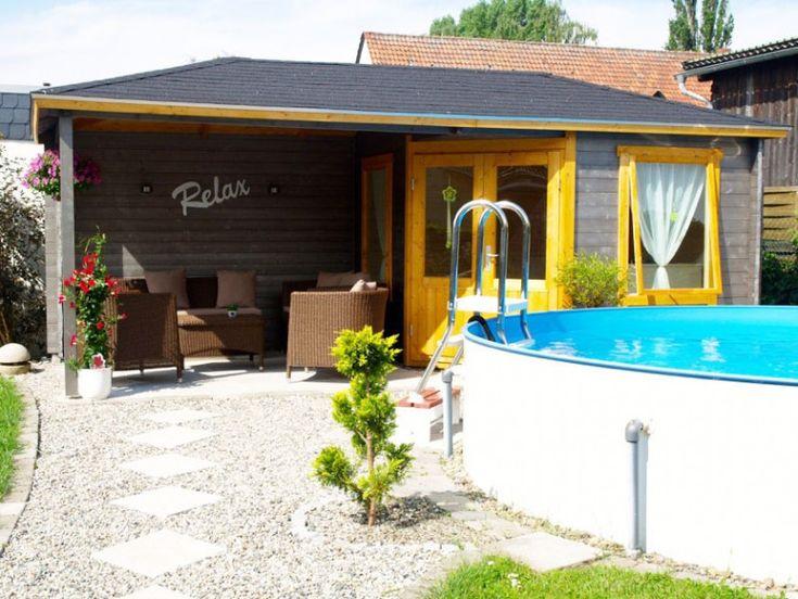 Auch gelb-gestrichene Tür- und Fensterrahmen verleihen dem Gartenhaus einen fröhlichen Look!