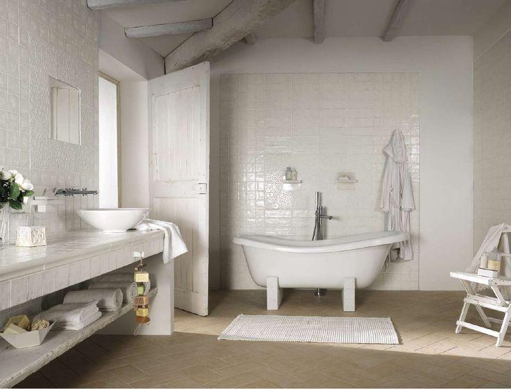 Pi di 25 fantastiche idee su bagni in piastrelle bianche - Piastrelle 10x10 bagno ...