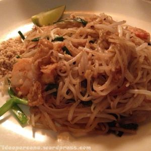 Busaba Eathai - Pad thai - Noodle di riso con gamberi, gamberetti, tofu, uovo, arachidi e lime.