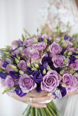 Nydelige lillatoner med lisianthus og roser.