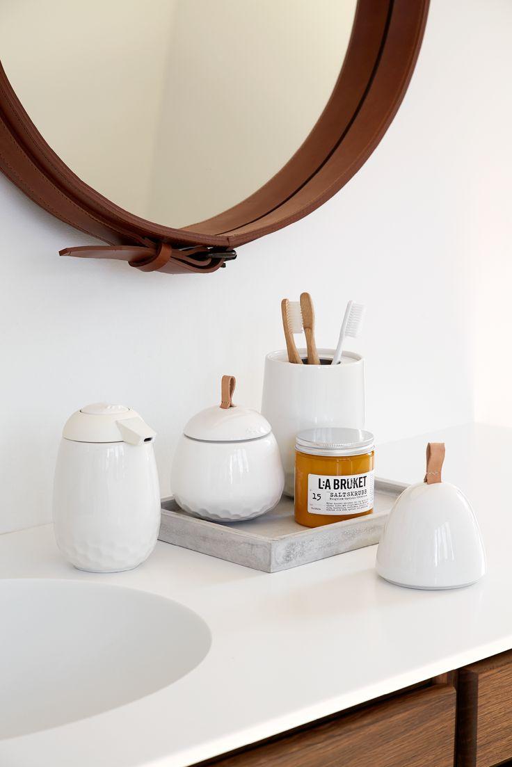 Mellibi er en ny badeværelsesserie i keramik fra Kähler. Mellibi er en elegant og praktisk serie af tilbehør til badeværelset.