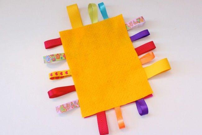 DIY Manta de etiquetas: Juego sensorial para bebés | Blog de BabyCenter