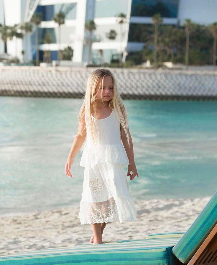 Little @harlowlunawhite enjoying her family vacay to the beach! Beautiful dress by @liefvilou .  A @harlowlunawhite aproveitando as férias em família na praia. Vestido lindo da @liefvilou.