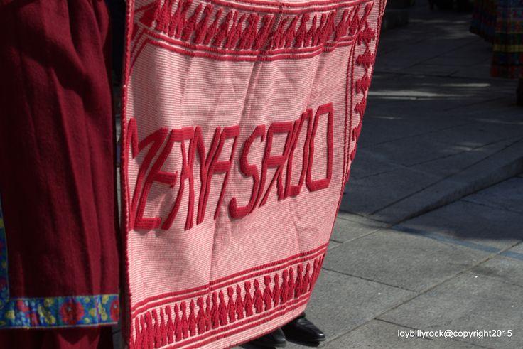 Presentazione su un tappeto sardo del costume di Meana