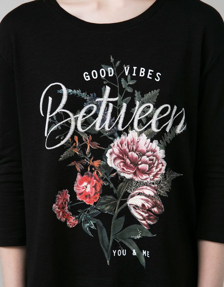 T-shirt BSK estampado penas e flores. Descubra esta e muitas outras roupas na Bershka com novos artigos cada semana