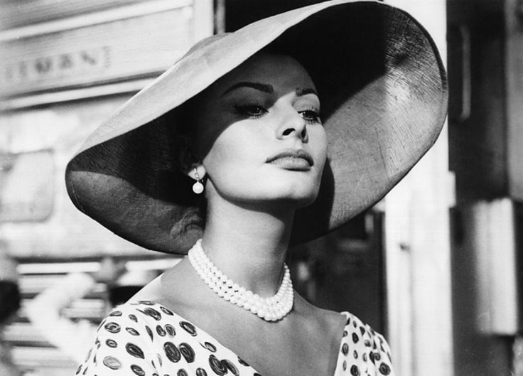 Очарование — это невидимая часть красоты, без которой никто не может быть по-настоящему красивым. София Лорен./ Charm - is the invisible part of beauty , without which no one can be truly beautiful. Sophia Loren .
