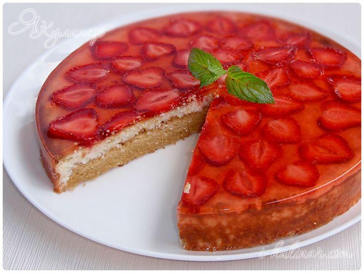 Что может быть вкуснее, чем пирог со свежей клубникой? Наверное, только нежный творожный пирог с клубничным желе. Готовить это ароматное кондитерское творение совсем несложно, но нужно иметь определенный запас времени и большое человеческое терпение, чтобы дождаться застывания желе, когда в кухне так соблазнительно пахнет выпечкой и клубникой. Тесто для этого творожного пирога с клубникой можно по технологии приготовления назвать бисквитным, хотя сочная творожная начинка и слой клубничного…