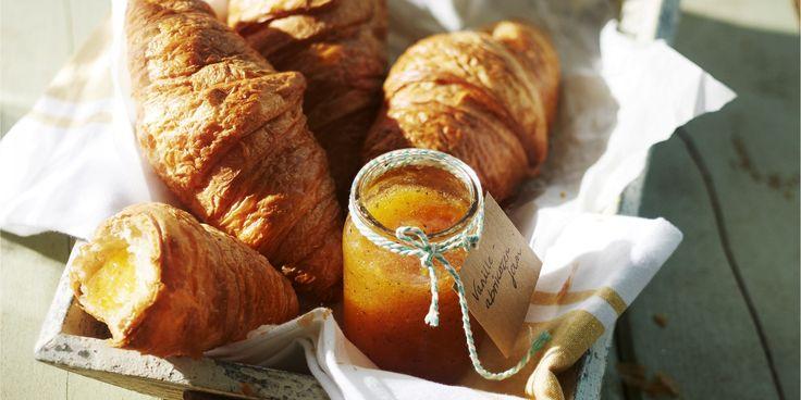 Boodschappen - Croissants met zelfgemaakte vanille-abrikozenjam