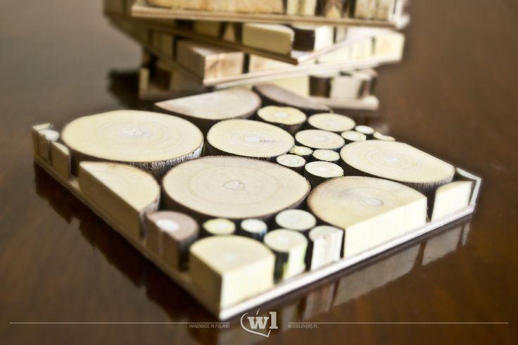 Ich nazwa wzięła się od małych elementów, z których zostały wykonane. Podstawki wykonane prawie samymi narzędziami ręcznymi. Jako materiał użyłem drewna jesionu i klonu. Do impregnacji użyłem oleju naturalnego (przystosowanego do kontaktu z żywnością). Podkładki można myć pod kranem. Wymiary: 9x9x1cm Wykorzystane materiały:Drzewo jesion i klonu Metoda produkcji:Wykonane w 100% ręcznie
