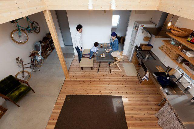 玄関土間・リビング・ダイニング・キッチンには間仕切りがなく、一体化しています。 eba's house | フォト ...