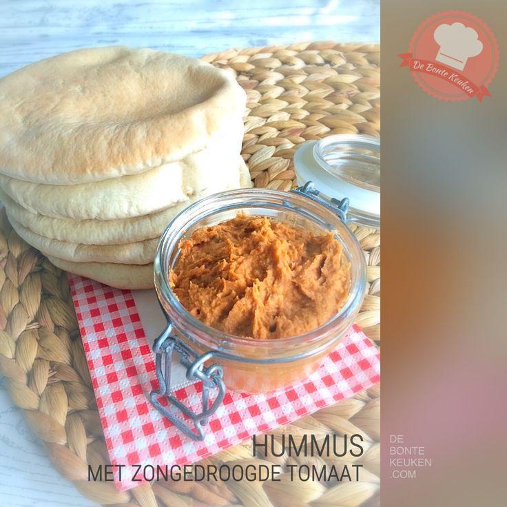 DeBonteKeuken: Hummus met zongedroogde tomaat (kikker erwten, zongedroogde tomaatjes, knoflook, tahin (sesampasta), olijfolie, citroensap, paprikapoeder, verse kruiden, koriander, basilicum, borrelhapje, snack, makkelijk, homemade, recept)