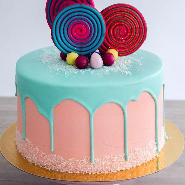 DripCake con dulces! 🍭✨ #flores #tortasmedellin #weddingcake #cake #bakery #pastry #nature #outside #weddings #vintage #rusticwedding #cake #art #arte #reposteriamedellin #classicwedding #flowers #bride #nature #green #decor #weddingplanner #bodasmedellin #matrimoniosmedellin #dripcake #lollipop #candy