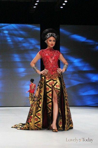 http://www.lovelytoday.com/trendlifestyle/2014/02/24/20919/perpaduan-kebaya-dan-kain-dekorasi-bali-pada-show-anne-avantie - Indonesia Fashion Week 2014