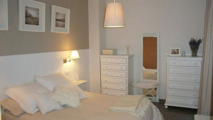 Friso blanco como cabecero pared dormitorio opciones for Dormitorio blanco y madera