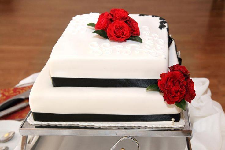 To etasjers kake med ferske røde roser  http://kakene.no