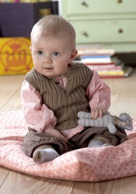 """Her er tre bud på søde barselsgaver, som enhver nybagt mor vil sætte pris på, men opskrifterne til vest og sokker går op til størrelse tre år. De små sokker er strikket med den nemme """"timeglashæl"""", mens ribvesten er i stil med en klassisk, babyundertrøje. Den hæklede bamse kan du lave af garnrester"""