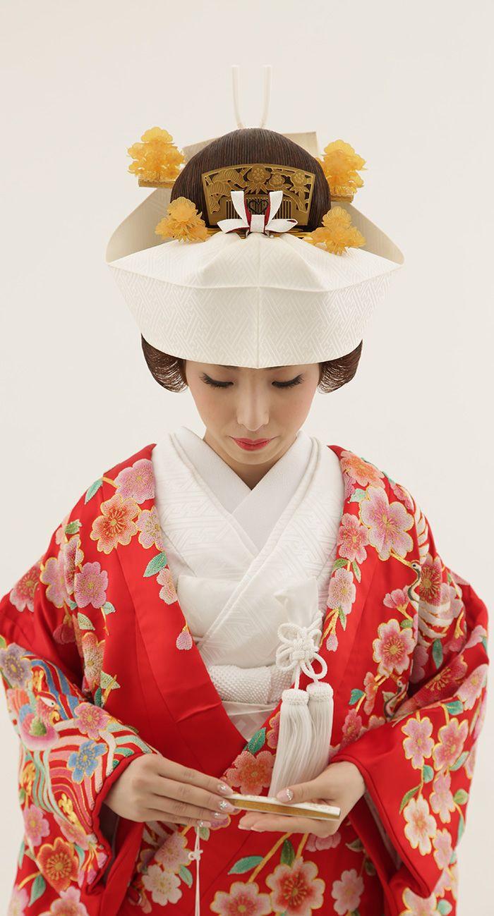 色打掛は彩り鮮やかな伝統衣装。挙式は白無垢で行い、披露宴で色打掛に着替えて、両方の装いをする方もいらっしゃいます。