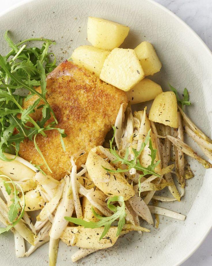 Maak jong en oud blij met deze cordon bleus van kip, gevuld met ham en kaas. Daarbij komt een warm slaatje van gebakken witloof, appeltjes en aardappelen.