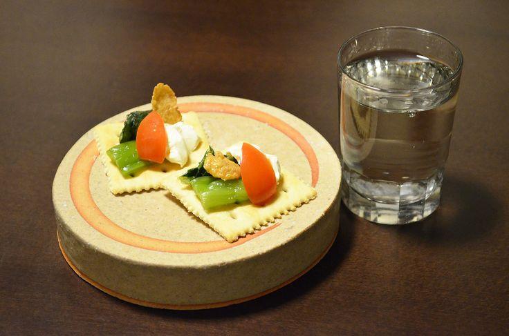【青菜漬けのカナッペ】そのまま食べても美味しい山形の「青菜漬け」。今日は冷蔵庫の中にあったものと合わせて小さなカナッペにしてみました。ミニトマトとクリームチーズ、そしてキャラメルフレーク。しょっぱい、すっぱい、あまいがうまい具合にまとまりました。今日のお酒は、東京・小澤酒造の「澤乃井」立春百五十日熟成酒です。