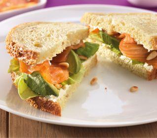 Sandwich gerookte zalm met avocado en pijnboompitjes - Recept - Jumbo Supermarkten
