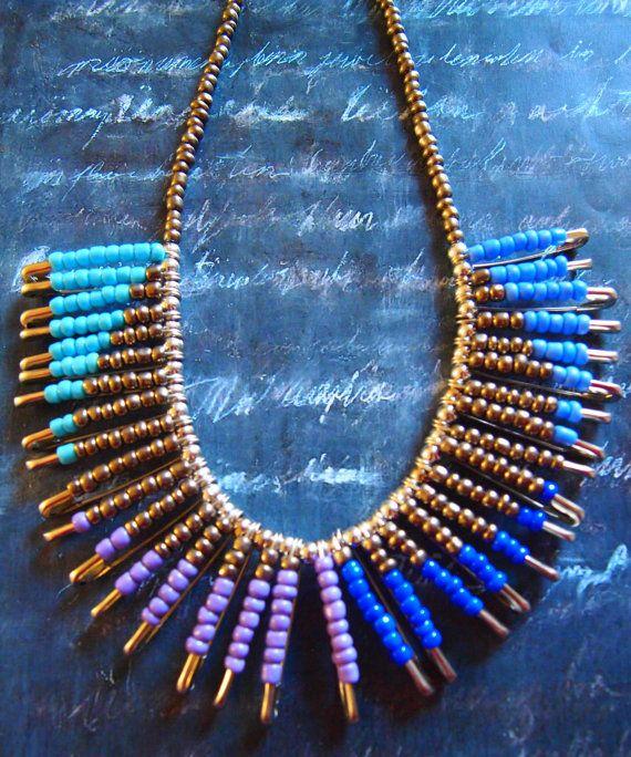 Impression tribale unique perles collier épingle de sûreté, à la main par moi. Collier est de 17,5 cm de long et caractéristiques perles épingles de