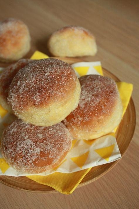 Gebackene Donuts.  Zutaten:  320g. Mehl,  14g. frische Hefe (oder 5/6 g. Trockenhefe) ,  12cl. Vollmilch + 2cuill. Suppe,  20g. Butter,  50g. Puderzucker.  3cl. Orangenblütenwasser,  1 Ei &  1 Prise Salz.  Butter + Zucker (für die Ausrüstung).