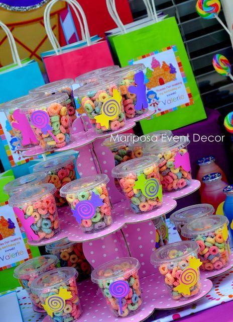 Consejo Aire de Fiesta: utiliza una base de cartón de tres pisos y unos recipientes transparentes con tapa para regalar las chuches a los niños | CatchMyParty.com