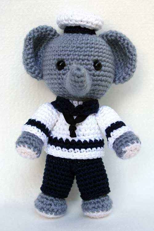 A cute elephant sailor amigurumi you can take to the beach. Pattern by Hobby Uncinetto - scroll down for English instructions.
