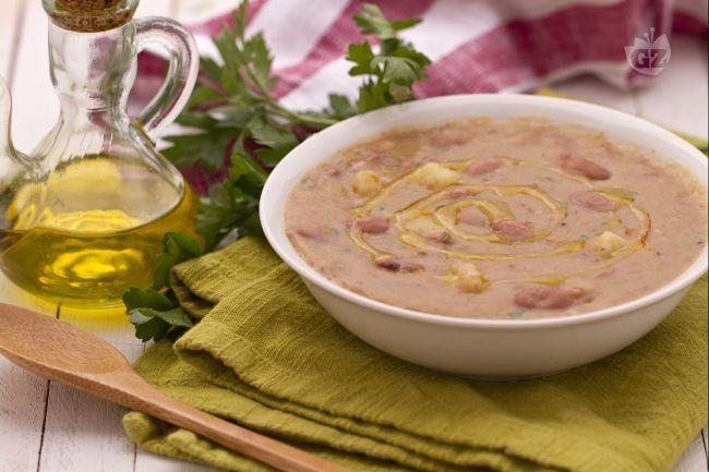 La zuppa di patate e borlotti è un primo piatto rustico, gustoso e molto nutriente. Accompagnata da pane abbrustolito può costituire un piatto unico!