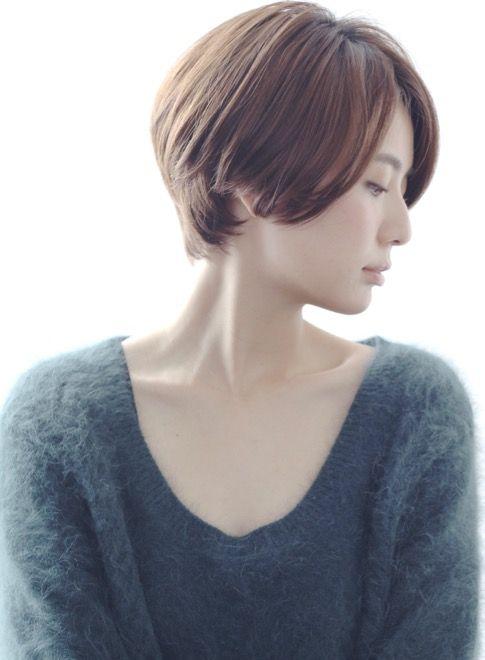 マーメイドアッシュ、ブラウンベージュ、栗色・マロン関連のショートボブヘアです。シルエットのきれいなショートスタイルです! お手入れも簡単で自分でもスタイリングしやすいです。 顔周りや襟足の長さを調節することで小顔効果も出て、顔型や頭の形もバランスよく見せる事ができます。メニューはカット・ヘアカラー予算は16200円(税抜き)です。CIRCUbyBEAUTRIUM omotesando、サーカスバイビュートリアム表参道の堀越真/CIRCUSbyBEAUTRIUM表参道の青山、ツヤ感(艶)、20代おすすめヘアスタイルです。