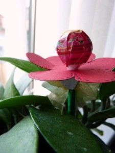 Valentin napi virág nyalókából  http://www.hobbycenter.hu/Unnepek/kreativ-oetletek-valentin-napi-virag-nyalokabol.html