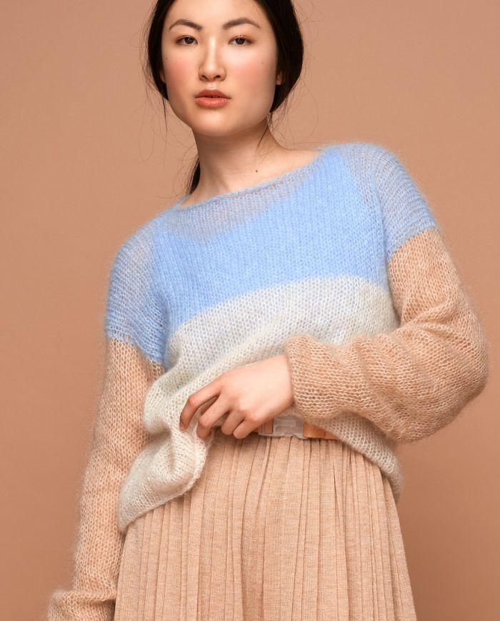 Dieser leichte, weiche und sehr bequeme Pullover wird aus Super Kid Mohair in Berlin an Handstrickmaschinen gestrickt und überzeugt nicht nur optisch sondern auch durch beste Material- und Verarbeitungsqualität.