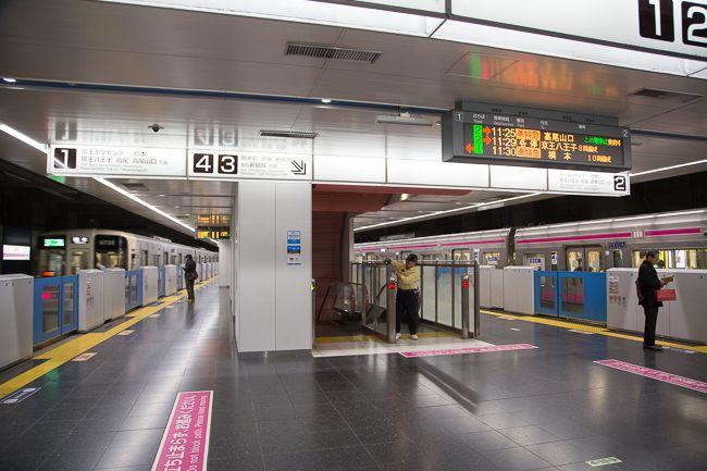 Keio Line Chofu station (became  an underground line since 2012 京王線内で新宿駅に次いで乗降客数が多い調布駅。相模原線は同駅で分かれ、新宿―橋本間などの直通列車が行き来する。2012年に地下駅になり、ホーム階は二層構造になった。写真は、地下2階にある下り線ホーム。その下の地下3階には、新宿方面の上り線ホームがある