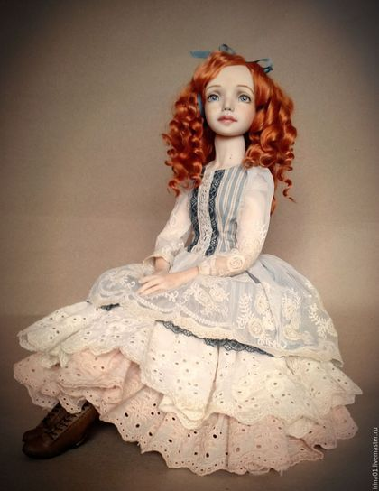 Купить или заказать Агата в интернет-магазине на Ярмарке Мастеров. Шарнирная куколка, выполненная в смешанной технике, раздеваемая,кроме обуви и нижнего белья. Использованы винтажные французские кружева, кружева и ткани ручного крашения,шелк . Обувь из натуральной кожи, цветы на шляпке ручной работы. Куколка уверенно сидит,стоит только на подставке. Волосы шерсть ангорской козочки, легко расчесываются. В комплекте подушка и подставка.