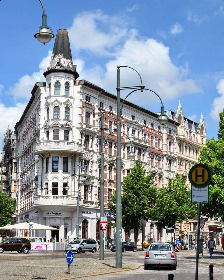 """Gestatten der """"Plättbolzen"""". So wird im Volksmund dieses im Jahr 1900 erbaute Wohn- und Geschäftshaus am Hasselbachplatz in Magdeburg genannt. Es ist eines der schönsten Magdeburger Gründerzeithäuser.  #Magdeburg #Sachsenanhalt #Heimat #meinestadt #meindeutschland #igersdeutschland #igersgermany #ig_germany #ig_deutschland #srs_germany #bestgermanypics #loves_united_germany #germanvision #germanytourism #instatravel #travelgram #travelphotography #travelpics #travelblogger #reiseblogger…"""