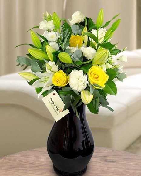 Buchet cu trandafiri galbeni, crini și eustoma.    Flower bouquet with yellow roses, lilies and eustoma
