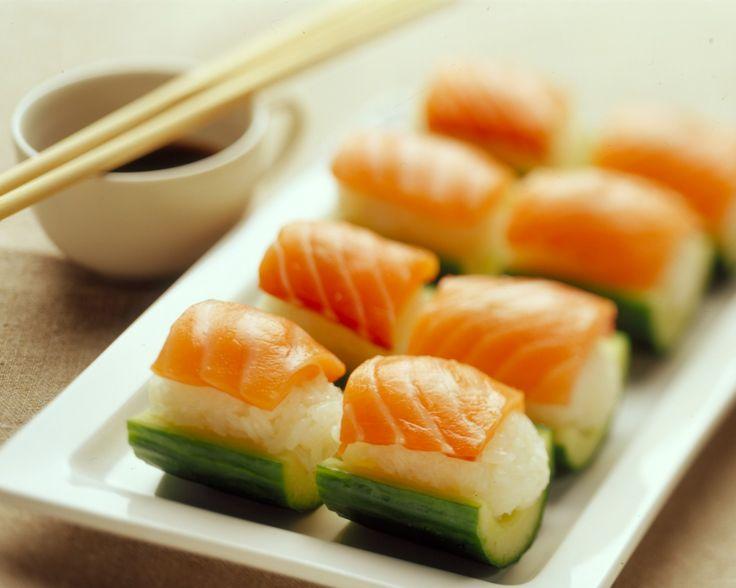Kurkkua sushin tapaan: kurkkuveneet Resepti: http://ruokamenot.fi/reseptit/viikonlopunherkkureseptit/909-espanjalaiset-tapasleivat-ilmakuivatulla-kinkulla #www.ruokamenot.fi #kotiruoka #resepti