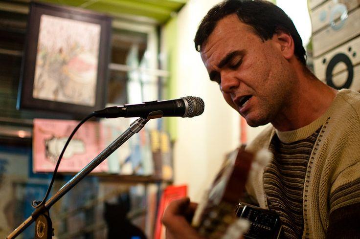 """O cantor e violonista João Rosa comemora o """"Dia de Nossa Senhora dos Navegantes"""" com um show em homenagem à padroeira."""
