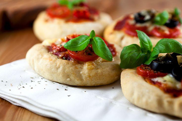 Gegrilde pitabroodjes met feta, olijven en tomaat