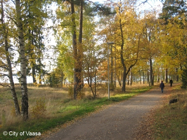 Walking in Autumn @ Vaasa. www.visitvaasa.fi Photo: Nina Westerlund.