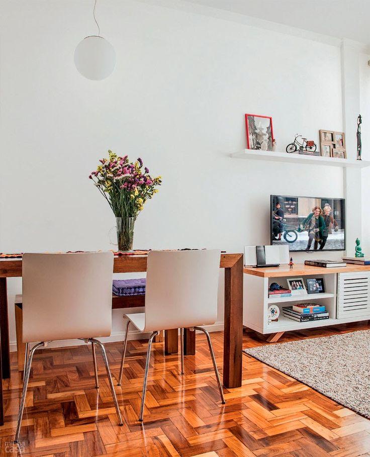 Pisos de taco remetem às decorações de casas antigas e, quando combinados com os móveis corretos, deixam o ambiente com a dose perfeita de modernidade e charme. Se o taco escolhido for mais escuro, aposte em peças mais claras para o espaço não ficar visualmente pesado.