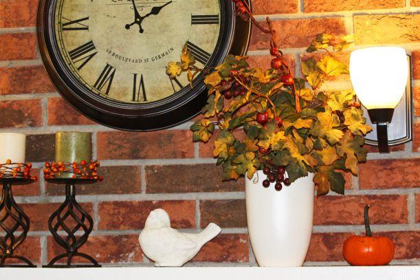 kominek z cegły ,przystrojony jesienną dekoracją