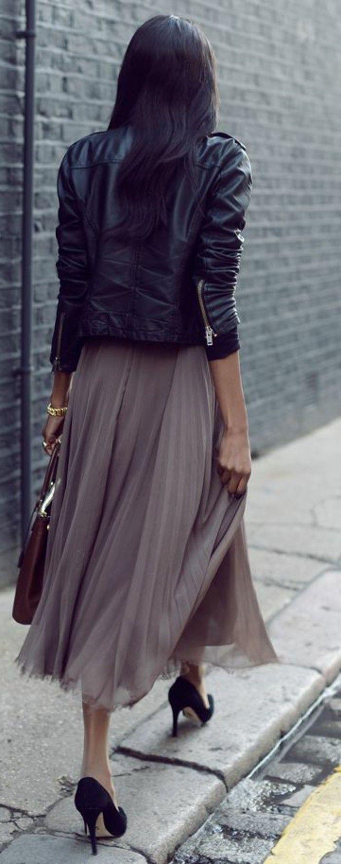 veste femme en cuir noir, jupe longue plissée beige avec talons hauts noirs
