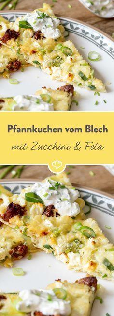 Ja, auch ein Pfannkuchen kann auf dem Blech gebacken werden. Einfach Teig zubereiten und mit Zucchini, getrockneten Tomaten und Feta belegen.