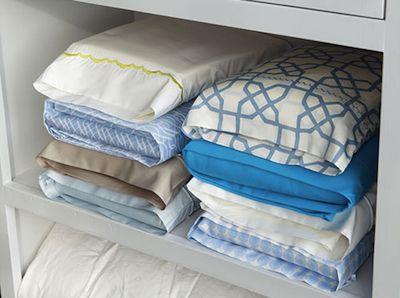 Une idée de Martha Stewart qui va vous faire gagner du temps et de la place dans votre armoire à linge : Regroupez dans une des taies d'oreiller tous les éléments de l'ensemble du linge d'un lit: le drap housse, le drap plat, la seconde taie... Ils ne glissent plus les uns sur les autres et vous ne cherchez plus... Source: Martha Stewart