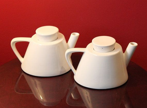 Teapot with Lid. White Porcelain Modern di AnythingDiscovered