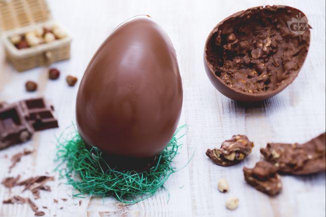 Ricetta Uovo di pasqua al cioccolato al latte e nocciole - Le Ricette di GialloZafferano.it