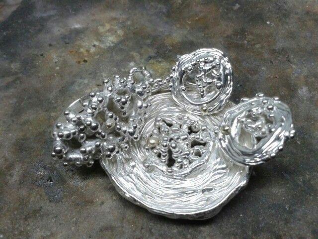 Zilver set oorbellen ring en hanger met een hartje van goud. By tilltil www.sierraadsels.nl