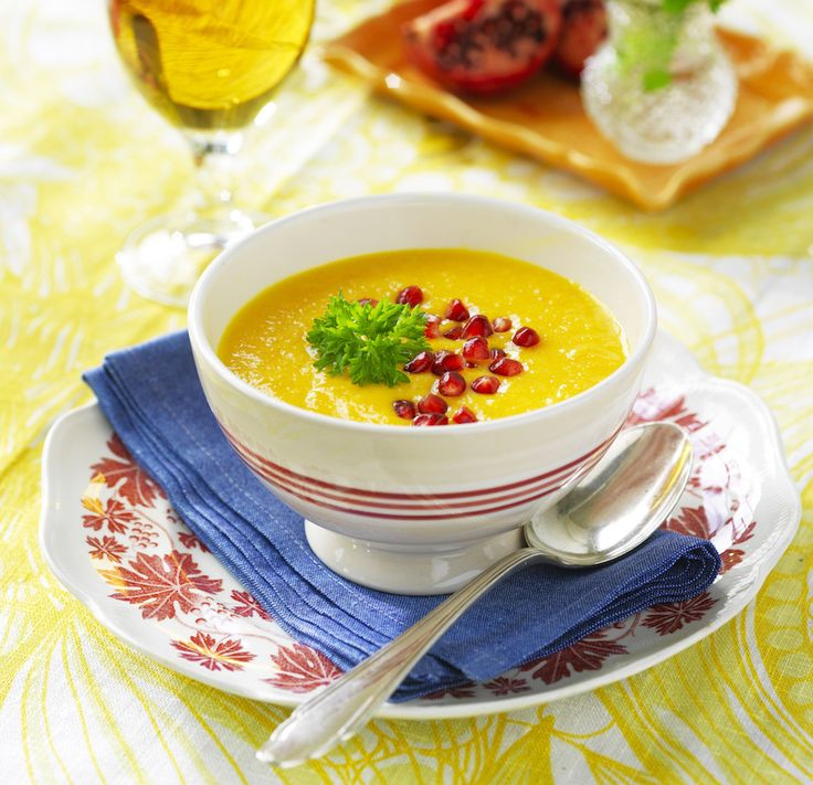 Morotssoppa med granatäpple förgyller vilken vardagsmiddag som helst!